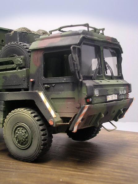 Fahrzeug ist im aktuellen 3-Ton-Flecktarn der NATO abgetarnt.