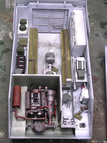 Der Motor wurde in Schwarzmetallic grundgespritzt, dann mit Rostfarben und Washing gealtert.