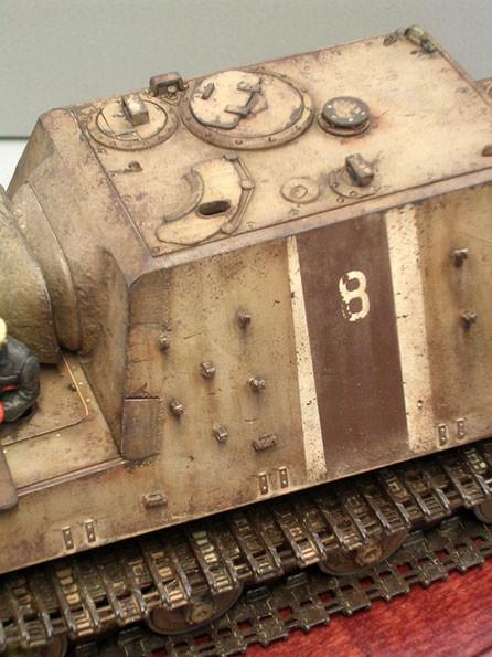 Die fehlenden Ersatzkettenglieder und die leere Persikopöffnung zeugen von einem Einsatzfahrzeug..