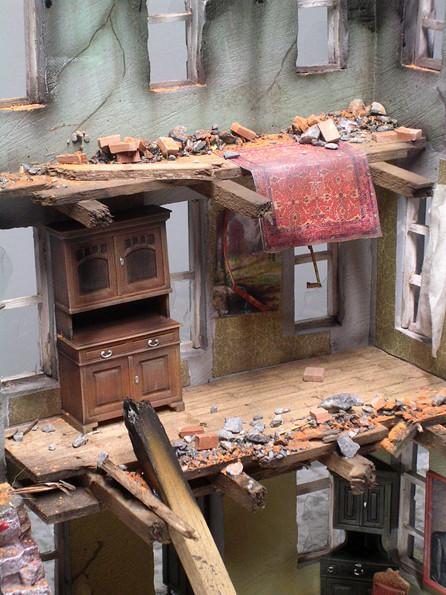 Über zwei Etagen ist das Gebäude komplett eingestürzt. Teppiche, Möbel, Bilder sind die Relikte der ehemaligen Bewohner.