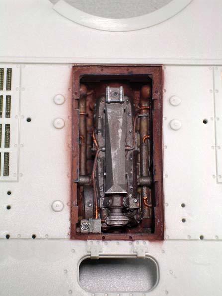 Rostschutzfarbener Motorraum mit dem starken Dieselaggregat,