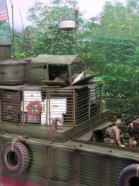 Auch das Führerhaus kann durch hochklappbare Panzerplatten vor Beschuss gesichert werden.