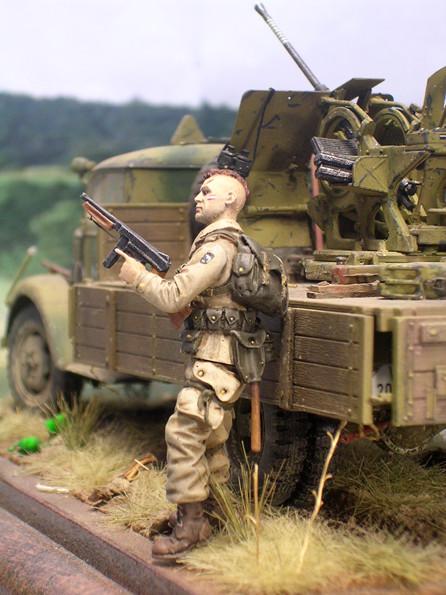 Perfekt bemalte Figur mit dem Divisionszeichen auf dem Ärmel, sowie einer detailgetreuen Ausrüstung.
