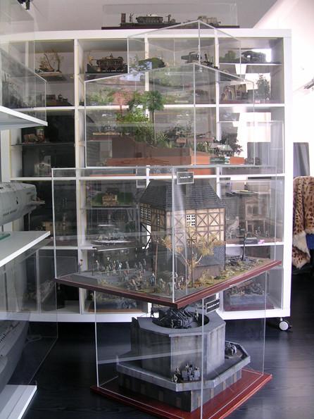 Auch Raumteiler können Dioramen fassen, hier passen 20 kleine Dioramen praktisch hinein.. Der davor stehende Acrylturm fasst mehrere Großdioramen.