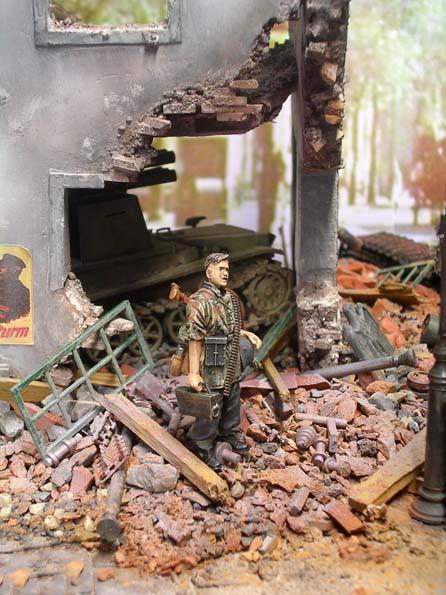 Ein MG-Schütze der Wiking wartet schwer bepackt auf den nächsten Angriff der Roten Armee.