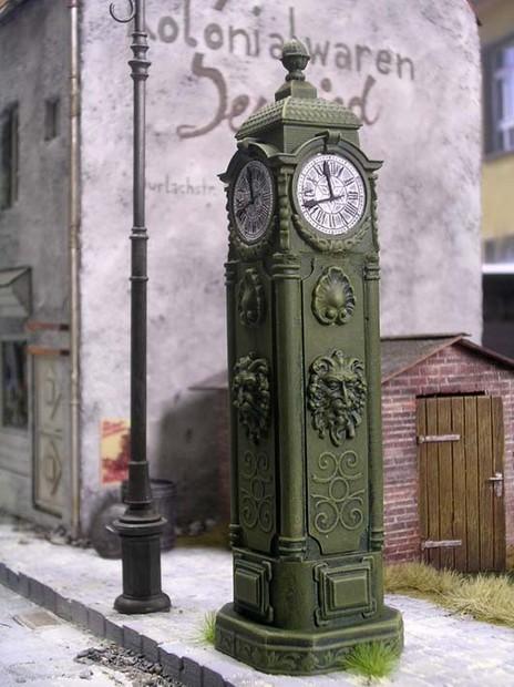 Die Uhr fügt sich harmonisch in das Umfeld ein. Die kleinen Zeigerblätter sind aus gestanzter Pappe beigefügt.