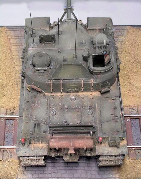 Ungewöhnlich auch das Schutzgitter zwischen den beiden Kommandantentürmen, das den Blick auf die darunter liegenden Motoreinheit zulässt.