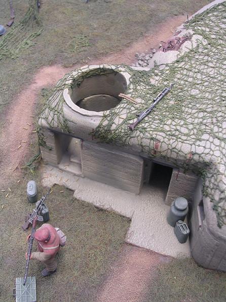 Der obere MG-Stand mit dem verlassenen MG 34, beachte die leeren Geschoßhülsen rund um die Schießschartenöffnung.