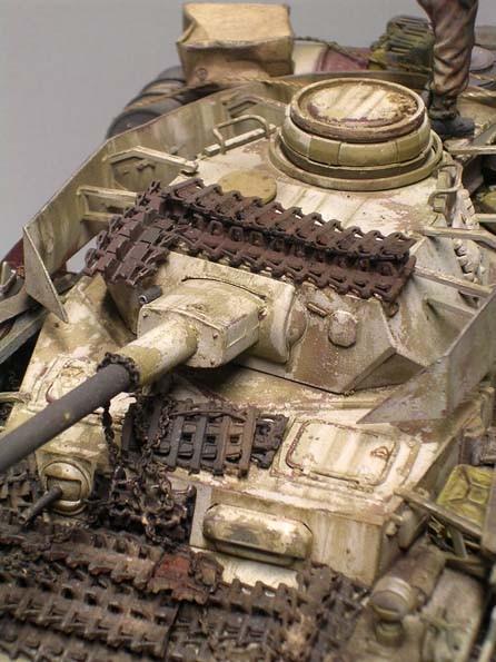 Mittels Chipping auf der sandgelben Tarnung wird die abblättertende, weisse Tarnfarbe dargestellt.