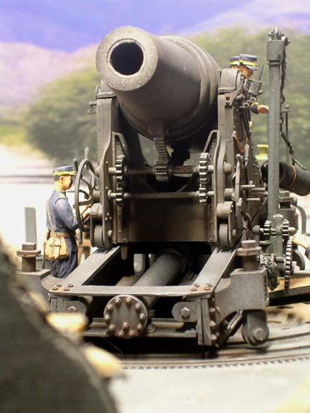 Unter dem Geschütz die Höhenmechanik und der Rückholzylinger.