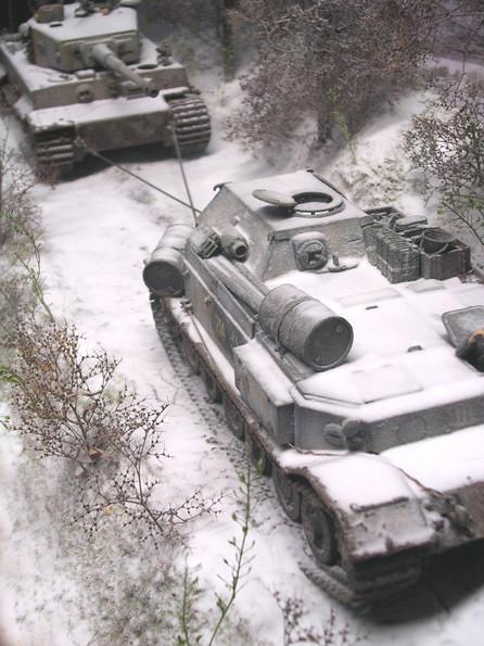 Ein schwerer Weg-doch das wertvolle Fahrzeug muss raus aus der Kampfzone.