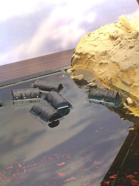"""Der """"Ölsee"""" aus Bootslack (2-3 Schichten) Farbe und schwarzem Untergrund ist nach 48 Stunden komplett durchgetrocknet."""