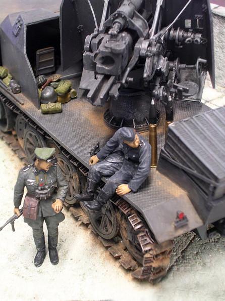Hier ist die Befestigung des Geschützes auf der hinteren Platform deutlich zu sehen, mit dem Blick in den geöffneten Fahrerraum.
