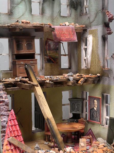 Jede Etage erhielt für sich einen individuellen Wandanstrich, sowie Tapetenreste.
