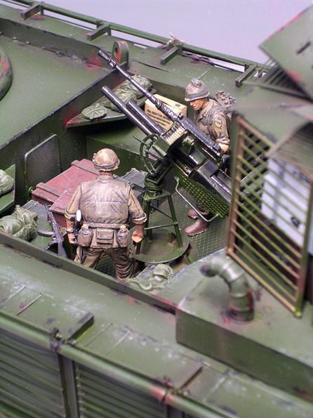 Zwei Mann bedienen den Granatwerfer mit dem Einschieß-MG-beachte den offenen Munitionskasten für das 12,7mm-MG.