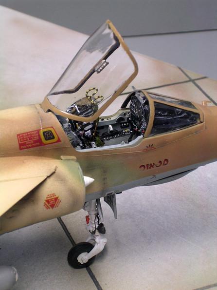 Hier lohnt sich die Detailarbeit am Cockpit, ergänzt wurden Leistungshebel, Schleudersitzabzugsringe und an der Haube Rückspiegel und Armaturen.