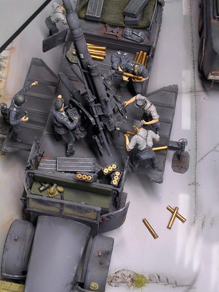 Munition und Ausrüstung füllen jede freie Transportfläche.