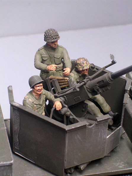 Die Besatzung sitzt in einem relativ engen und offenen Turmumbau-sicher ein geringer Schutz beim Erdeinsatz.
