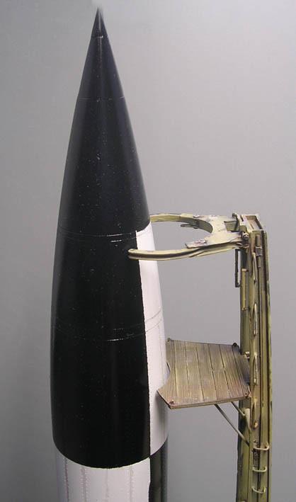 Raketenspitze mit Sprengkopf, Wartungspodest(aus Holz!) und Halteklammern.