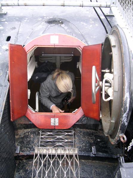 Ein- und Ausstieg erfolgt über die Notschleusen am Bug und Heck.