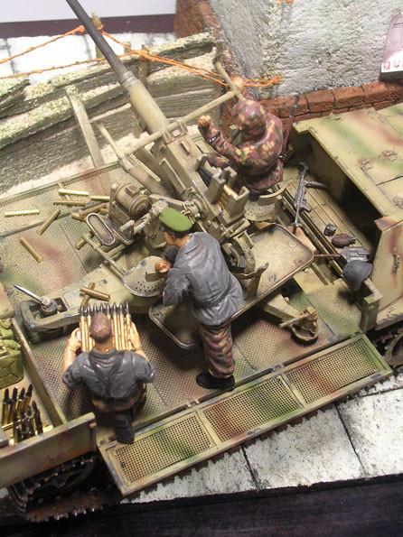"""Die drei Soldaten der Bedienung  gehören ursprünglich zu einem """"Möbelwagen""""-Flakpanzer, passen hier aber ebenso."""