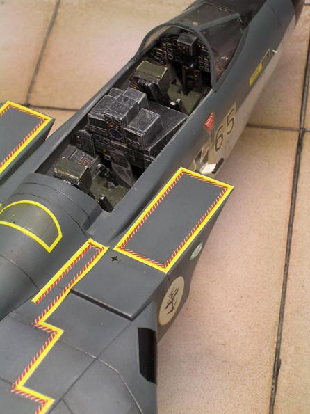Das bausatzeigene Cockpit ist nicht gerade üppig detailliert, kann aber durch intensives Trockenbemalen einigermaßen belebt werden.