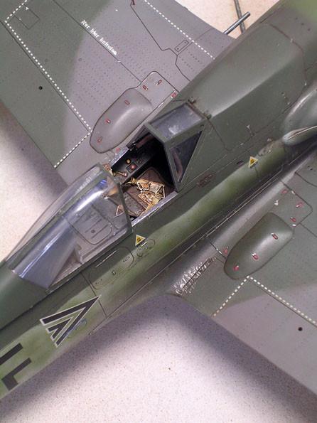 Verfeinertes Cockpit mit Ätzteilen.