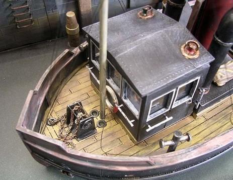Vorne eine filigrane Handwinde für die recht kleinen Anker und deren Zugketten.
