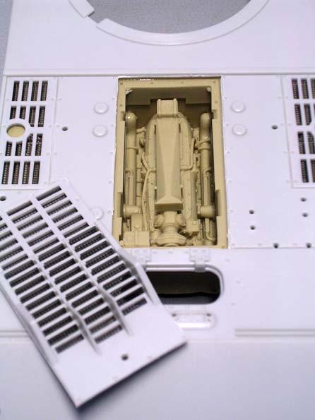 Da man die Öffnungen sauber abkleben kann, kann man die Motorteile ruhig schon im Rohbau einsetzen, dies empfiehlt sich besonders, da sie unten etwas schmaler geschliffen werden müssen, um Ober- und Unterwanne zusammenzufügen.