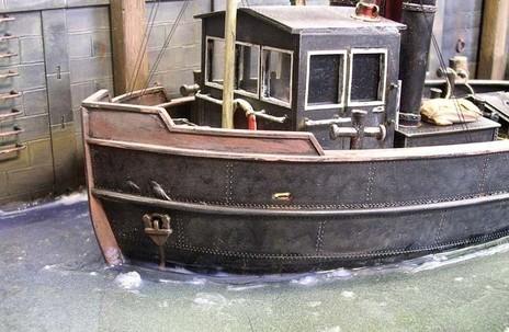 Auch die kleinen Wellenkämme rund um die Schiffsmodelle sind typisch hervorgehoben durch die Schaukelbewegungen.