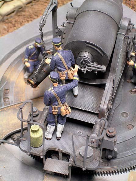 Die japanischen Artilleristen in ihren blauen Uniformen.