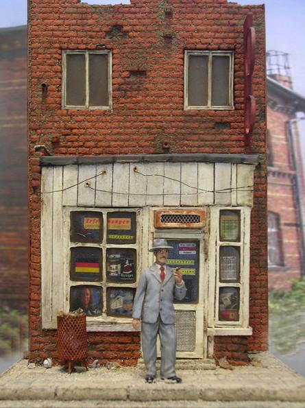 Beachte die feine Haustruktur und die kleinen Details, wie Papierkorb etc.