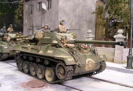 Die Besatzungen erscheinen vornehmlich in ihrem hellen Khaki-Braun, aber auch teilweise in den oliv-grauen Panzeroveralls.