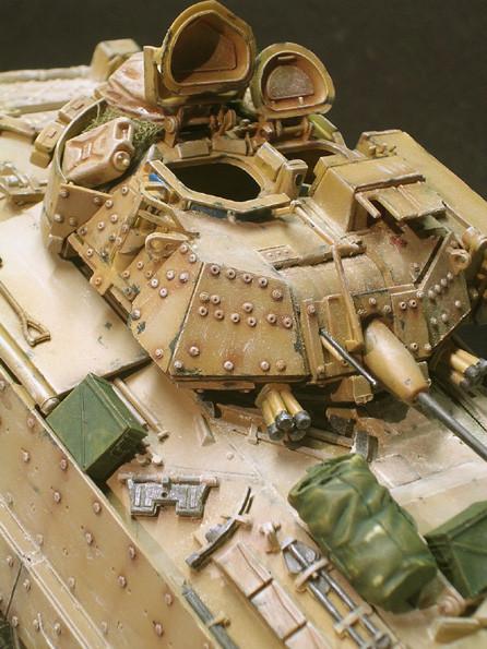M2 Bradley A1 mit seinen vielen Nieten der Zusatzpanzerung.