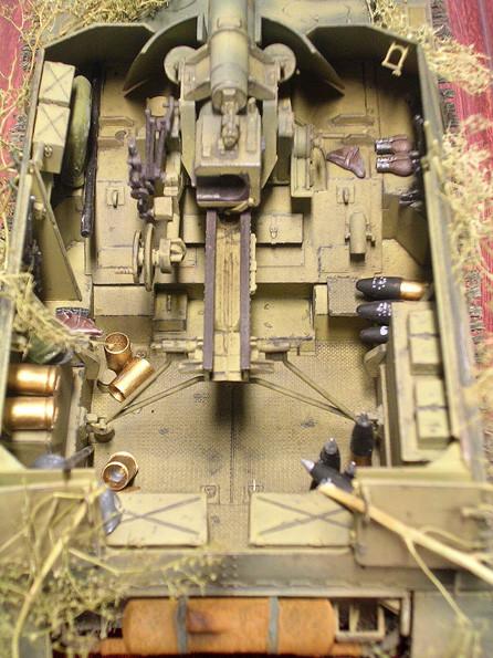 Die schwere FHbtz ist im Innenraum verzurrt. Munition und Ausrüstung beleben die Ablageflächen
