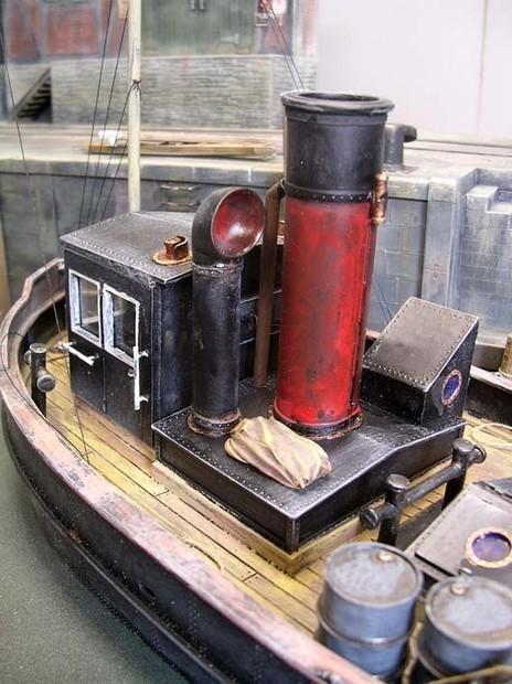 Der ehemals rote Schornstein mit dem bronzefarbene Schlepperhorn sind feine Details.