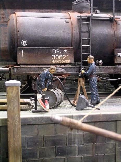 Hier wird Sprit gleich aus dem Kesselwagen abgezapft.