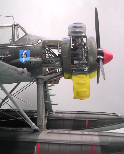 Die rechte Seite mit dem 13mm-MG, das durch einen Schusskanal am Motor vorbei durch die rotierenden Propellerblätter schiesst.