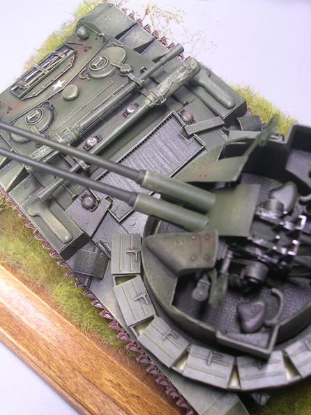Vorne quer liegende Ersatzrohre, eingepackt der 40mm Bofors.