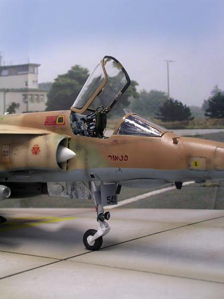 Das filigrane Bugfahrwerk - deutlich heben sich die beiden Landescheinwerfer ab. Seitlich die israelischen Beinamen der jeweiligen Maschine.