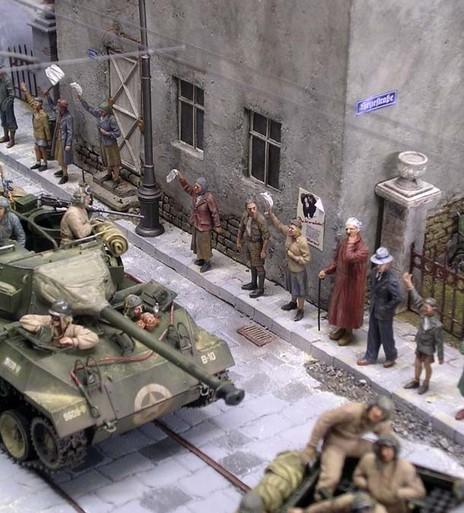 Die Zivilisten tragen entsprechend der Zeit nur gedeckte Farben.