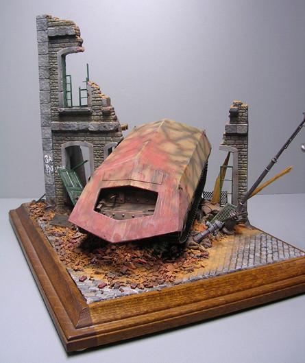 Praktische, kleine Dioramaplatte, Fahrzeug und Häuserebene in klassischer, diagonaler Führung.