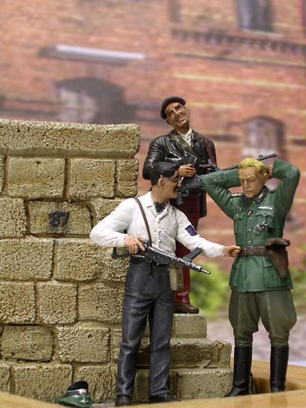 Durchsuchung des Gefangenen-beachte die kleine Nickelbrille des Resistance-Kämpfers.