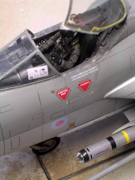 Detailliertes Cockpit mit Schleudersitzabzugsringen.