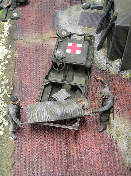 Der Krankentransport-Jeep bekam zwei stabile Metallrahmen aufgeschweisst, auf denen überhängenden die Verwundetentragen Platz fanden.