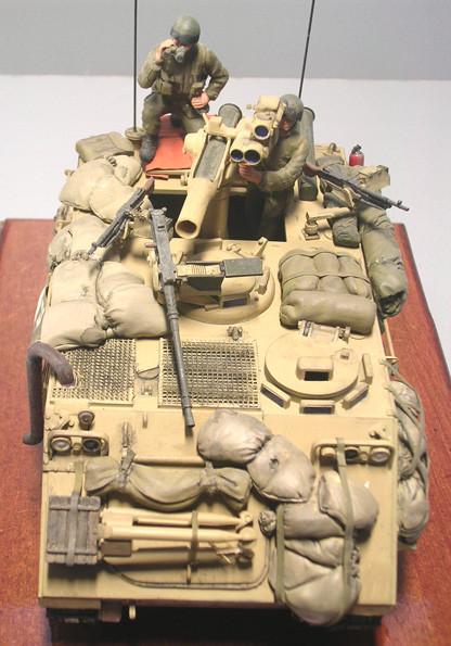 Die TOW kann durch durch die schon vorhandene Dachöffnung geführt werden. Beachet das Stativ der TOW für den stationären Einsatz auf der Bugplatte.