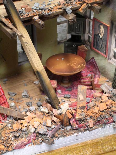 Das Verlinden-Möbelset beinhaltet auch einen wuchtigen Eichentisch mit vier dekorativen Stühlen.