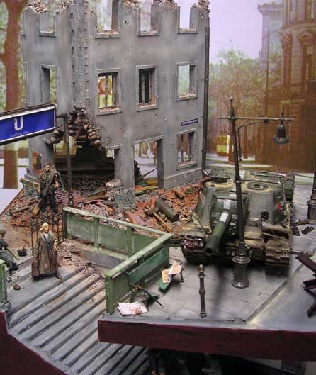Die Schäden im Stadtbild sind nach dem jahrelangen Bombenkrieg unübersehbar.