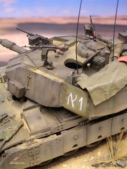 Typisch israelische Kampfpanzer: bis zu drei MG's auf dem Turm, ein schweres Einschieß-Mg zusätzlich über der Bordkanone.