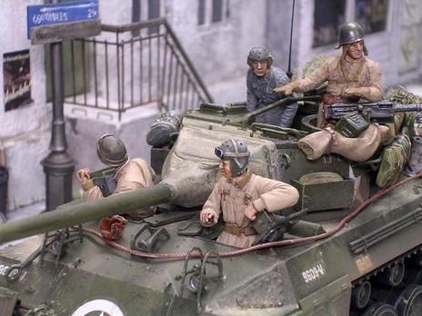 Die Panzerbesatzungen trugen einmal den typischen Panzerlederhelm oder ihren Stahlhelm über der Stoffmütze.